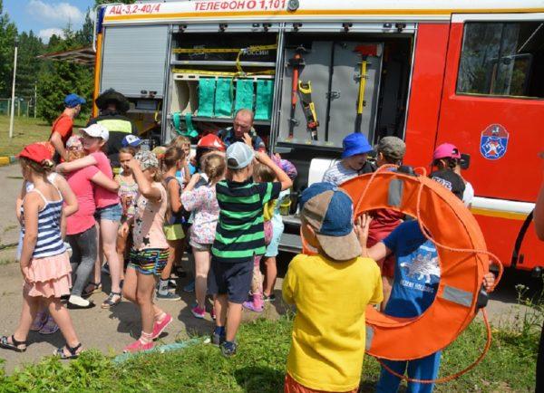 Пожарные начали проводить занятия с детьми в летних лагерях. Фото: официальный сайт мэра Москвы
