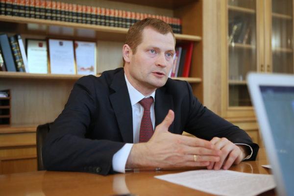 Председатель Москомстройинвеста Константин Тимофеев говорит, что количество нарушений со стороны застройщиков снижается. Фото: Виктор Хабаров